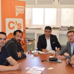 Cs Almería se reúne con estibadores de la capital para transmitirles el posicionamiento de la formación naranja, que no apoyará ningún decretazo