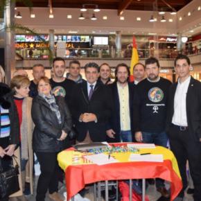 Cs Almería asiste a la recogida de firmas para la equiparación salarial de policías y guardias civiles con agentes autonómicos