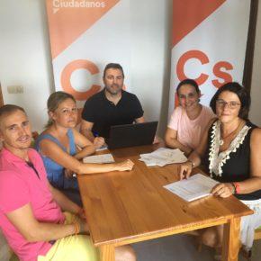 Cs denuncia las «mentiras» del alcalde de Roquetas a familias afectadas por problemas del transporte escolar
